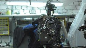 Forscher stellt einen modernen Roboter oder androides her Kontrollen der Mechanismus in der Hand des Roboters Fertigung und Ferti stock video footage