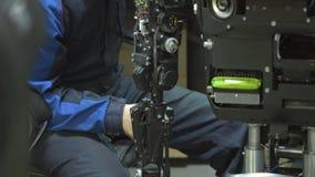 Forscher stellt einen modernen Roboter oder androides her Kontrollen der Mechanismus in der Hand des Roboters Fertigung und Ferti stock video