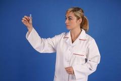 Forscherholding-Reagenzglas Lizenzfreies Stockfoto