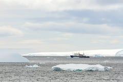 Forschungsschiff in der Antarktis Stockfotografie