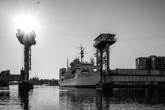 Forschungsschiff zwischen den zwei Strukturen auf dem Hintergrund des Flusses Stockfotos