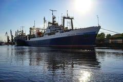 Forschungsschiff zwischen den zwei Strukturen auf dem Hintergrund des Flusses Lizenzfreie Stockfotos