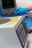 Forschungswissenschaftler, der Reagenzglas setzt Lizenzfreies Stockbild