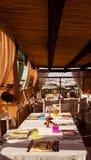 Porto cervo tabelluppsättning med fönstret som vänder mot Arkivfoton
