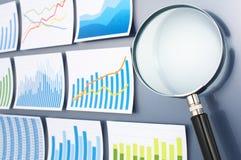 Forska och analysera data med förstoringsglaset Trendsurv Royaltyfri Bild
