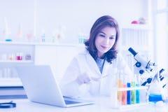 Forskare använder tång som klämmer exponeringsglasprovrör arkivfoton