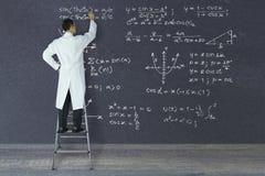Forskare av snille som skriver matematiska formler Arkivbilder