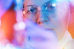 Forskare för medicinsk vetenskap som utför provet i laboratorium fotografering för bildbyråer