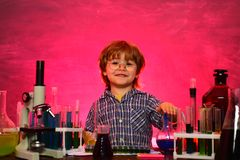 Forskare f?r sm? ungar som tj?nar kemi i skolalabb vetenskap Lycklig liten forskare som g?r experiment med provr?ret royaltyfri bild