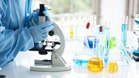 Forskare forskar, analyserar kemiska formler, biologiska provresultat, professor upptäckte en ny formel royaltyfria foton