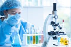 Forskare forskar och analyserar kemiska formler royaltyfri bild