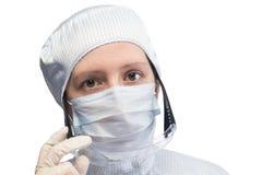 Forskare i kläder för arbete i cleanroomsklänningskyddsglasögon som isoleras på den vita närbilden Arkivbild
