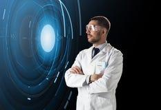 Forskare i labbskyddsglasögon med faktisk projektion Royaltyfri Foto