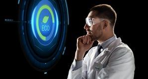 Forskare i skyddsglasögon som ser faktisk projektion Royaltyfri Bild