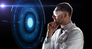 Forskare i skyddsglasögon som ser faktisk projektion Fotografering för Bildbyråer