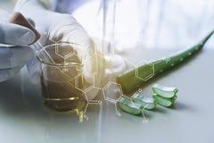 Forskare med kemiska provr?r f?r glass laboratorium med flytande f?r analytisk, medicinsk, farmaceutisk och vetenskaplig forsknin royaltyfria foton