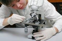 Forskare och mikroskop Arkivbild
