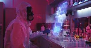 Forskare som använder holographic skärm stock video