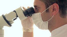 Forskare som använder senast medicinsk teknologi, forskning för dna för laboratoriumbiokemi genetisk lager videofilmer