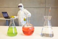 Forskare som arbetar i laboratorium med kemikalieer Arkivbild