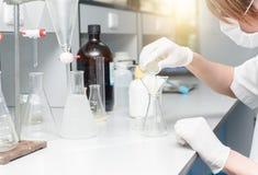 Forskare som arbetar i laboratoriumet som testar prövkopior Royaltyfri Foto