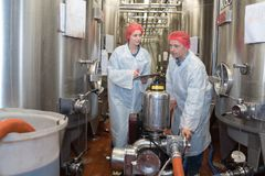 Forskare som arbetar med den stora vaten i labb arkivbild