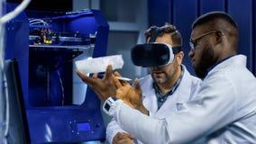 Forskare som arbetar med printing 3d och VR Arkivbilder