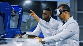 Forskare som arbetar med printing 3d och VR Fotografering för Bildbyråer
