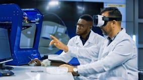 Forskare som arbetar med printing 3d och VR Arkivbild