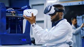 Forskare som arbetar med printing 3d och VR Arkivfoto