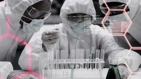 Forskare som arbetar med provrör lager videofilmer