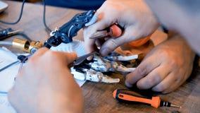 Forskare som arbetar på den robotic armen i labb Närbild stock video