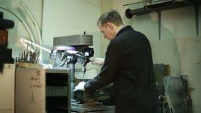 Forskare som arbetar på en borrandemaskin lager videofilmer