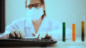 Forskare som arbetar på labbet stock video