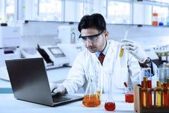 Forskare som gör forskning i laboratorium royaltyfri bild
