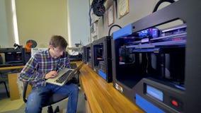 Forskare som kontrollerar processen av printing 3d 4K arkivfilmer