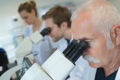 Forskare som studerar den nya viruset i labb Royaltyfri Foto