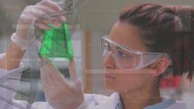 Forskare som studerar en flytande i en flaska lager videofilmer