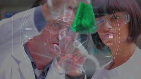 Forskare som studerar en grön flytande arkivfilmer