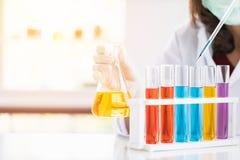 Forskare som tappar flytande till den petri matr?tten royaltyfria foton