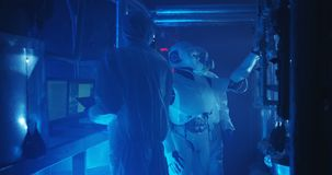 Forskare som testar den humanoid roboten stock video