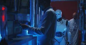Forskare som testar den humanoid roboten arkivfilmer
