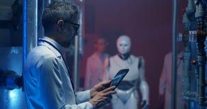 Forskare som testar humanoid robotrörelse arkivfilmer