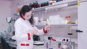 Forskarearbeten med flytande i labb arkivfilmer