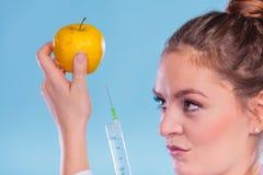 Forskaredoktor som injicerar äpplet Gm-mat Fotografering för Bildbyråer