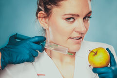 Forskaredoktor som injicerar äpplet Gm-mat Royaltyfria Bilder