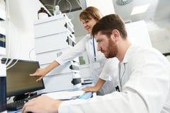 Forskareforskarelaget arbetar i laboratorium Arkivbild