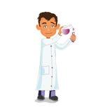 Forskarekemisten i laboratoriumet i en vit ämbetsdräkt häller från dryckeskärlagens Fotografering för Bildbyråer