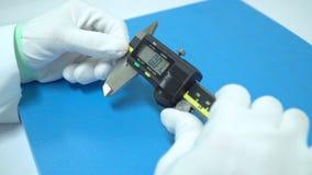 Forskaren använder exakt Vernier Caliper utrustning till mätningsobjekt stock video