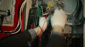 Forskaren gör elektriska mätningar i växeln stock video